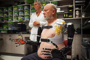 Hombre que es capaz de manejar brazos robóticos con la mente