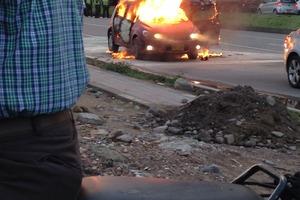 Le prende fuego a un carro con una mujer y un niño dentro