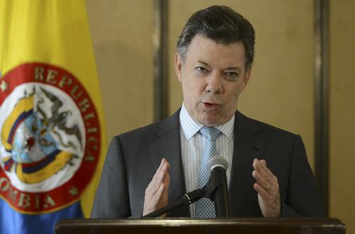 """Presidente Santos indicó que los colegios """"no"""" pueden exigir proveedores"""