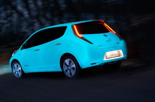 coche que brilla en la oscuridad de Nissan