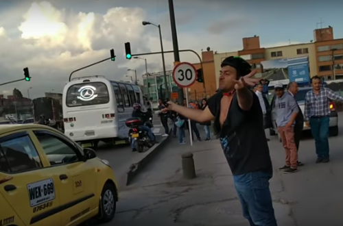 En vídeo, a golpes taxista y ciclista  por intolerancia en la vía
