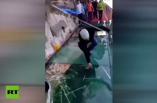 """Vídeo, puente de cristal de 1.200 mts de altura se """"quebró"""""""