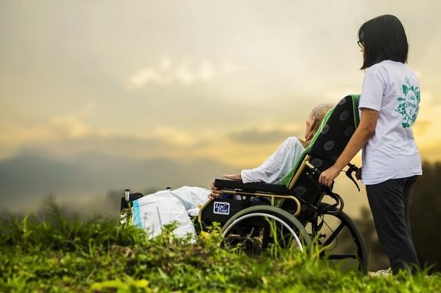 Cárcel y multas para quienes abandonen y maltraten a los adultos mayores