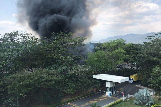 Grave incendio cerca la Universidad Santo Tomas de Villavicencio
