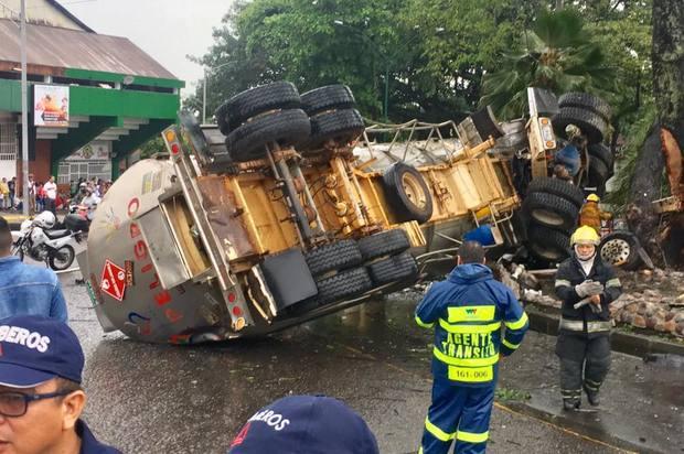 Fuerte accidente ocasionó tracto camión en la glorieta la Grama