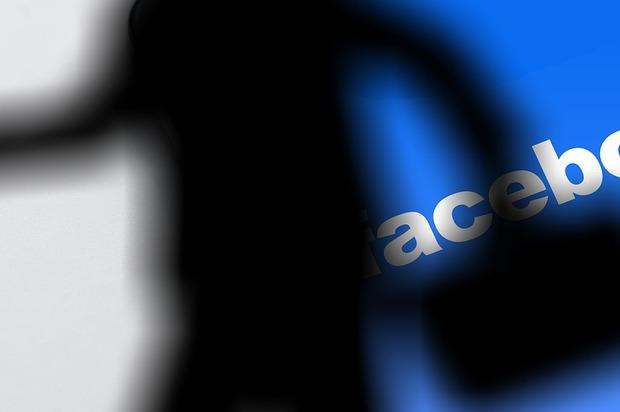 Facebook afirmó que lee los mensajes privados y revisa las fotos
