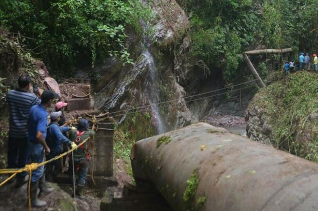 Pese a la lluvia continúan trabajos en la linea de aducción