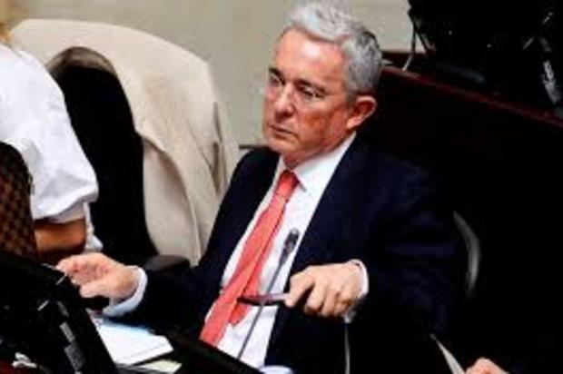 """Alvaro Uribe renunciaría al senado por sentirse """"moralmente impedido"""""""