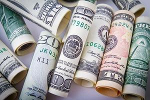El dolar supera por primera vez la barrera de los tres mil pesos