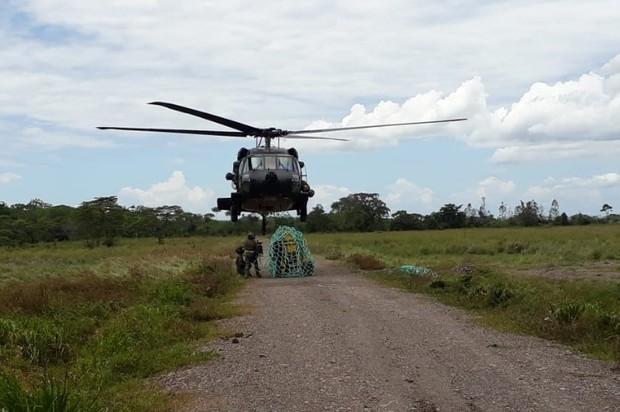En helicóptero transportan materiales para línea de aducción de acueducto