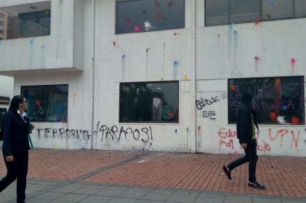 Manifestantes atacaron RCN radio en Bogotá durante la marcha