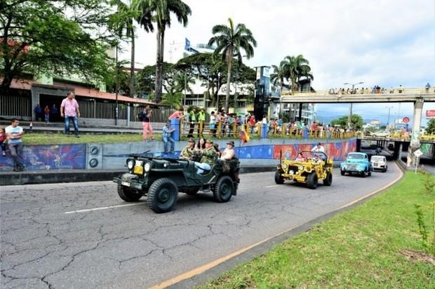 Desfile de carros antiguos durante el VII Festival Llanero en Villavicencio