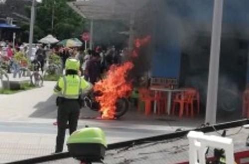 Hombre prendió fuego a su moto para evitar que fuera inmovilizada