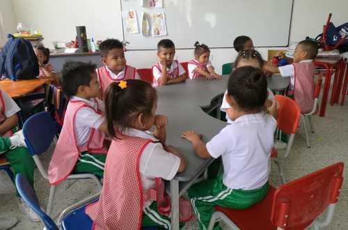 Dotan de mobiliario a estudiantes de 14 municipios metenses