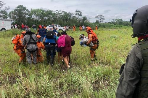 Con helicóptero rescatan a seis personas atrapadas en el río Guatiquía
