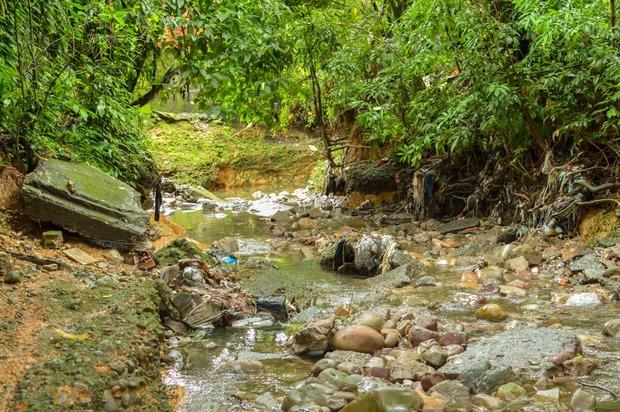 Sancionarán a quienes contaminan el caño La Cuerera